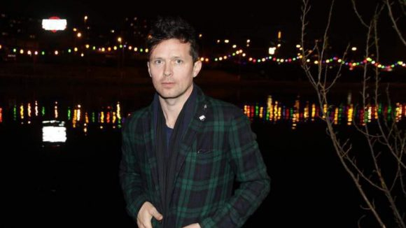 """Der in London lebende Künstler Robert Montgomery wurde von der Galerie AJLART eingeladen in Kooperation mit Holzmarkt e.G und KaterHolzig die Arbeit """"The City Is Wilder"""", eine coole Lichtinstallation (auch zu sehen), auf einem der meistdiskutierten Gelände Berlins zu installieren: dem Spreeufer. Und da leuchtet es nun schön ..."""
