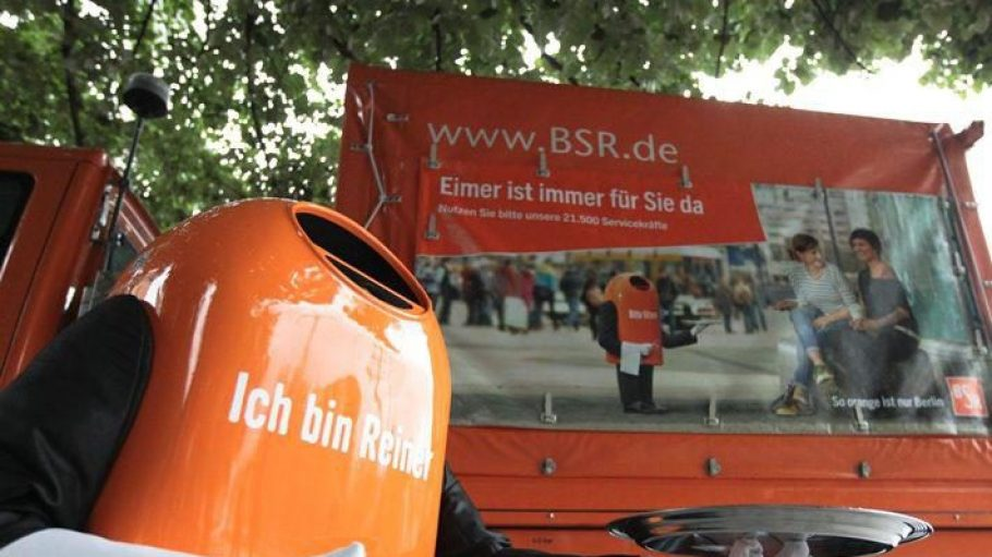 Roboter Reiner wirbt für seine Mülleimer-Kollegen in der Stadt.