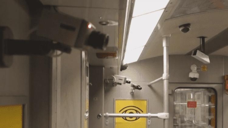 Eine U-Bahn gespickt mit Kameras. Die Fahrgäste scheint es nicht zu stören.