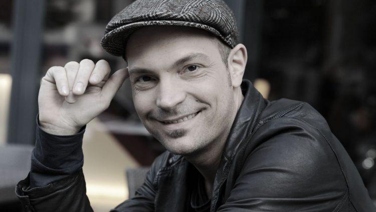 Der Sänger Roger Cicero in einer für ihn typischen Pose.