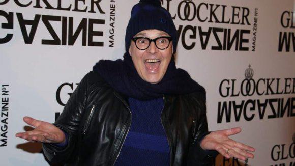 """Rolf Scheider, der in der dritten und vierten Staffel neben Heidi Klum in der Jury von """"Germany's Next Topmodel"""" saß, kam in den Glööckler-Store und setzte für die Fotografen ein leicht verrücktes Gesicht auf."""