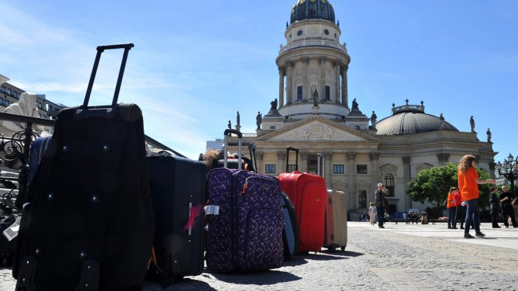 Rollkoffer in der Sadt: Im Jahr 2014 zog es mehr Besucher nach Berlin als je zuvor.