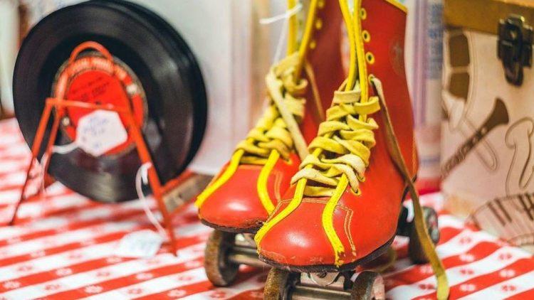 Alte Rollschuhe wie diese knallig schönen Exemplare kannst du heute Abend zur Roller Skate Disko ausführen!