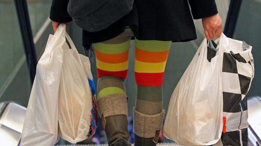 Aufgepasst! Alice mogelt sich auf den Rolltreppen zwischen die ahnungslosen Einkaufenden.