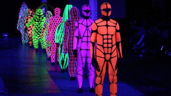Ein abgedunkelter Laufsteg unterstützte die leuchtenden Kostüme Ermakovs.