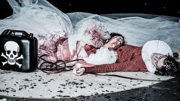 """Eine """"unsternbedrohte"""" Liebe: Romeo (Moritz Gottwald) und Julia (Iris Becher) gehen gemeinsam in den Tod."""