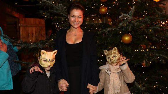 Schauspielerin Henriette Richter-Röhl hatte beim Besuch des Weihnachtscircus Roncalli zwei Katzen im Schlepptau.
