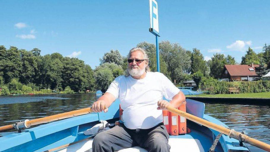 Hol' über. Von 2003 bis 2013 legte sich Roni Kebelmann auf Paule III in die Ruder, dann wurde der Kahn stillgelegt. Ab Mai ist er aber nun wieder Fährmann.