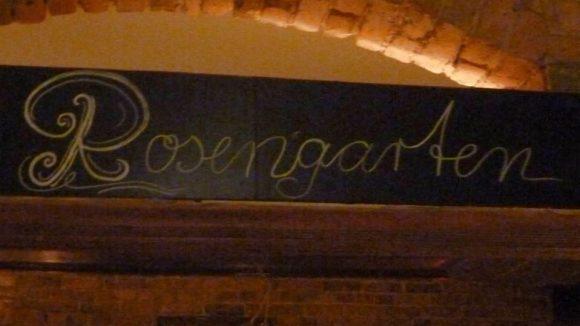 Das Tor zum Rosengarten... Im Sommer soll man auch in selbigem hinter der Café-Bar sitzen können.