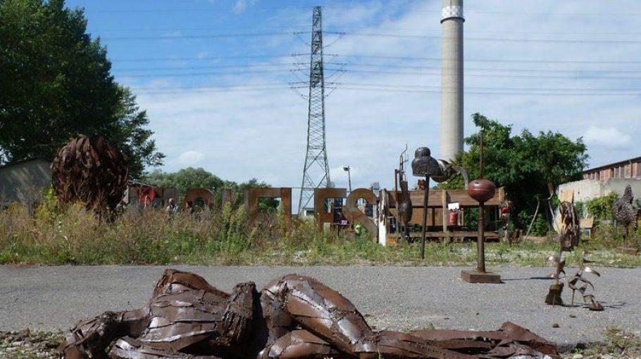 Alle paar Meter entdeckt man neue, manchmal bizarre Stahlformationen. Menschen, Tiere, Zwischenwesen, Kunst.