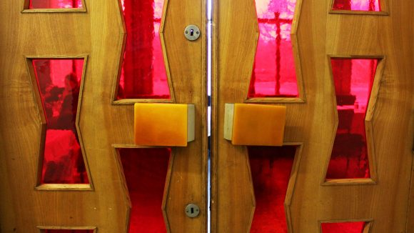 Tor in eine andere Zeit: hinter dieser Tür aus Holz und Plexiglas verbirgt sich die Milchbar und unser Lunchliebling #49.