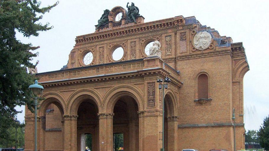 Nur der aufwendig gestaltete Eingang des früheren Anhalter Bahnhofs steht noch.