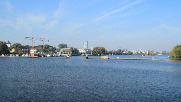 Am Rummelsburger See wird nach wie vor gebaut. Im Hintergrund zu sehen: das Allianz-Hochhaus in Treptow.