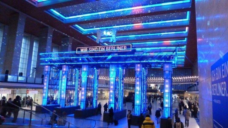"""Der Eingangsbereich, der das diesmalige Motto """"Wir sind ein Berliner"""" plakativ illuminiert in den Fokus rückt."""
