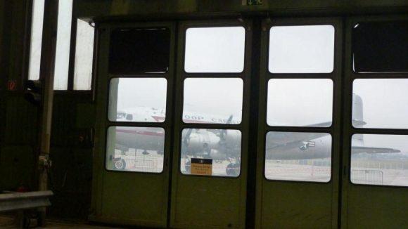 Ein Blick nach draußen … Stimmt, wir sind ja im alten Flughafengebäude.