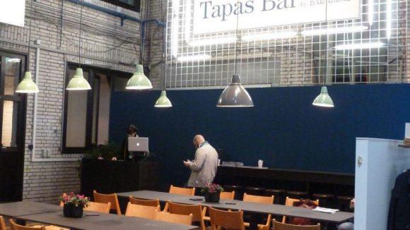 Neben einem großen Food Court sorgen kleinere Lounges dafür, dass kein Besucher hungern muss. Auch Daniel Brühls Kreuzberger Bar Raval ist mit einer Tapas Bar vor Ort vertreten.
