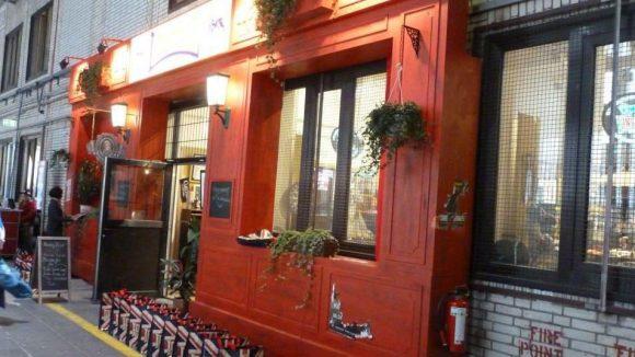 Beim britischen Sport- und Freizeitklamottenhersteller Lonsdale darf jeder im integrierten Irish Pub was trinken – for free.