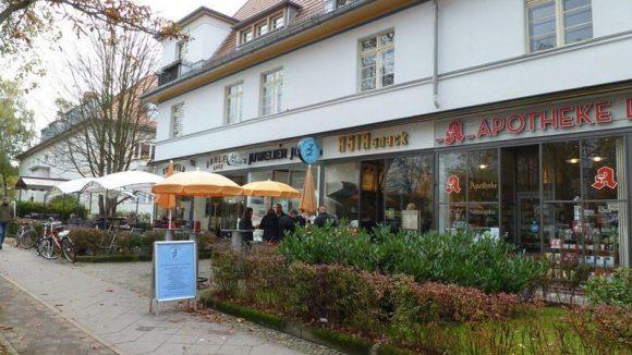 Längs der Königin-Luise-Straße findet man alles für den täglichen Bedarf: von der Kopfschmerztablette bis zum Bestseller oder einem kleinen Snack zwischendurch.