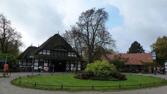 Der um 1912 errichtete U-Bahnhof ist das Zentrum des Kiezes Dahlem-Dorf.