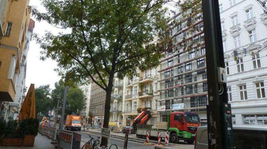 Die Lychener Straße: Bauarbeiten an der Straße und etliche Sanierungsarbeiten prägen das Straßenbild.