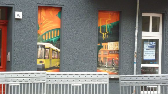 An einigen Haustüren sind klare Zeichen von Eskapismus zu erkennen: Gewerbeflächen zu vermieten!