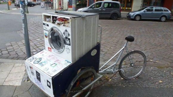 Auf Streifzügen durch die Stadt trifft man mit ziemlicher Sicherheit auch immer auf allerhand Kuriositäten, wie dieses Fahrrad-Waschmaschinentrommel-Kunstwerk.