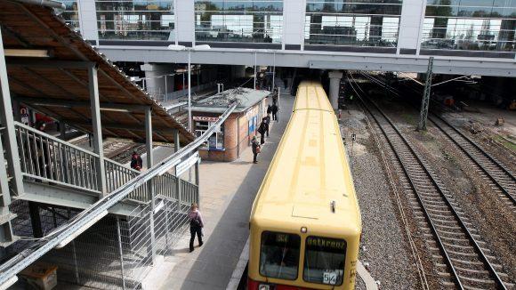 Eine S-Bahn unterquert die neue Bahnhofshalle am Ostkreuz.