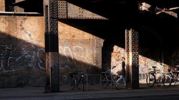 An den düsteren Bahnunterführungen in der Yorckstraße wurden bereits Leuchten installiert, nun sollen auch die Brücken in der City West in neuem Licht erstrahlen.