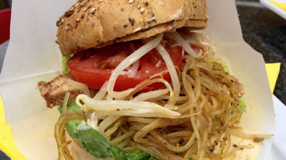 Beim Asia Chicken Burger mit Hähnchenbrust, Glasnudeln, Koriander und Sojasprossen darfst du den Mund ruhig mal zu voll nehmen.
