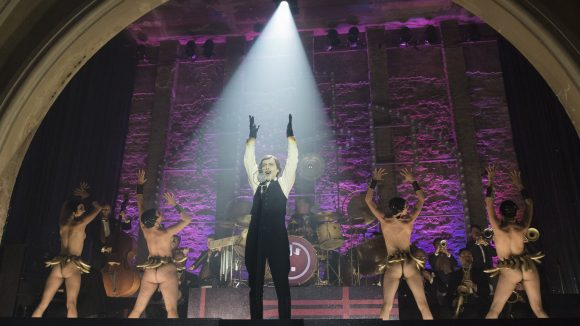 Der Song von der Sängerin Nikoros (Severija Janušauskaitė) ist ein absoluter Ohrwurm. Erleben kannst du ihn in der Serie Babylon Berlin, die im Oktober auf Sky startet.