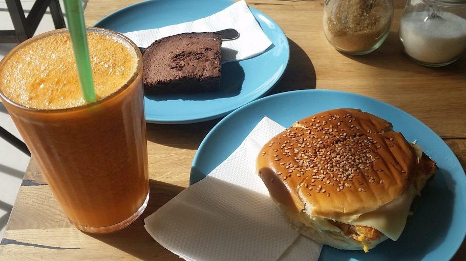 Zur Vitaminbombe aus Mango, Ananas, Möhre und Minze gab's ein Brioche mit Ei und einen Brownie.