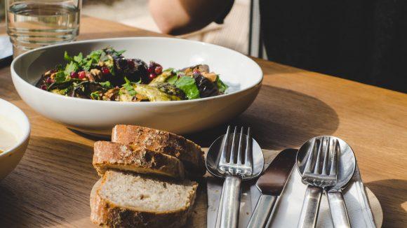 Ob ein leichter Salat oder ein richtiges Hauptgericht – im Restaurant Mars im Kulturquartier Silent Green findet sich für jeden Geschmack etwas.