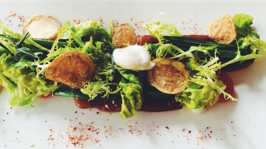 Salat Nizza à la Tim Raue in der Brasserie Colette: Thunfischsashimi mit Sardellenmayonaise, Bohnen, Salat und Chips.
