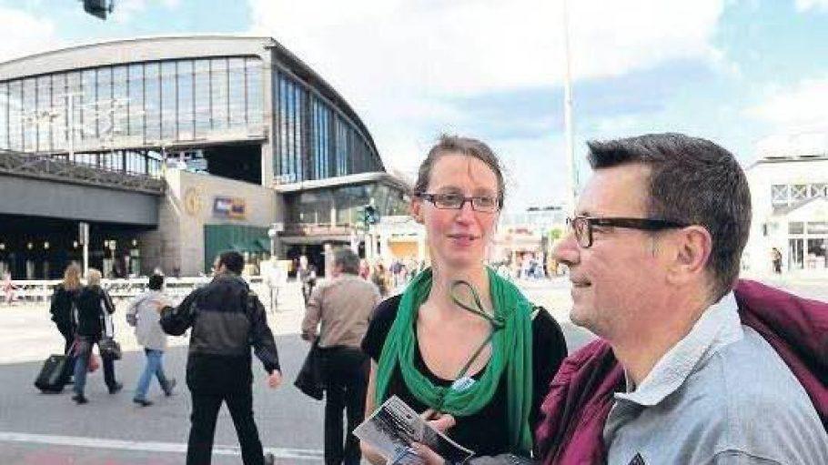 Grenzgänger: Sally Ollech und CarstenVoss, der einst ohne Wohnung war, machen das Thema Obdachlosigkeit zum Thema einer Stadtführung.