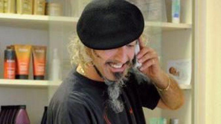 Geschäftsführer Hakki Nar geht telefonisch auf Terminwünsche der Kunden ein. Keineswegs zum Haareraufen: Im Salon Mario kümmern sich die Friseure um das perfekte Styling und waschen, schneiden, färben, föhnen oder verlängern die Haarpracht.