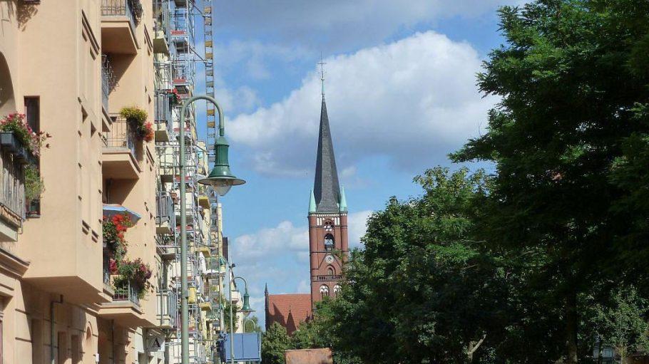 Der Mittelpunkt des Kiezes: die Samariterkirche. Ein weiteres Merkmal: das nächste Baugerüst ist nicht weit.