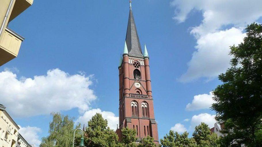 Kiezmittelpunkt ist die Samariterkirche, die zur evangelischen Gemeinde Galiläa-Samariter gehört. Sie wurde Ende des 19. Jahrhunderts im Stil der Backsteingotik erbaut, der in Berlin weit verbreitet ist.