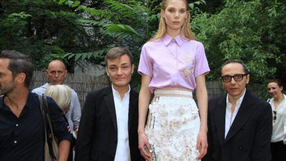 Das Designer-Duo Tommaso Aquilano und Roberto Rimondi mit einem Model.