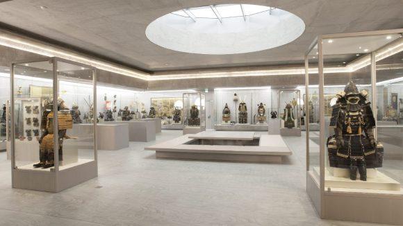 Jahrhundertealte Rüstungen, Helme und Schwerter zwischen moderner Beton-Ästhetik im Samurai Art Museum in der Villa Clay.