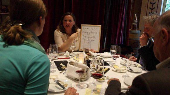 In lockerer Atmosphäre gibt Sandrine Castelot ihren Kursteilnehmern Hilfestellungen für die Konversation.
