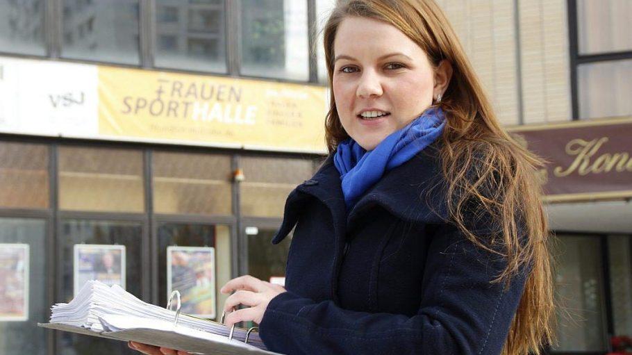 Sarah Fingarow ist stellvertretende Vorsitzende der Linksfraktion. Zur Frauensporthalle hat sie Material gesammelt, das inzwischen einen ganzen Aktenordner füllt.