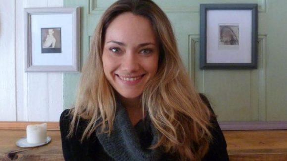 """Schauspielerin Sarah Maria Besgen vor zwei Exponaten ihrer Ausstellung """"Polaroid""""."""