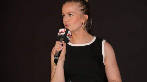 Die Energy-Moderatorin Sarah Maria Breuer führte durch den Abend und stellte schon vor dem Film die Crew dem Publikum vor.