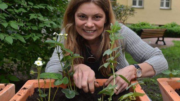 """Die Star-Köchin engagiert sich für viele Projekte: Hier packt sie für die Kampagne """"Rettet unsere Böden"""" an."""