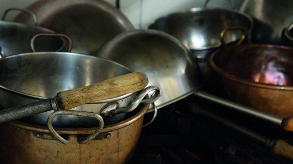 Diese Kuperkessel sind noch immer im Gebrauch. Zum Rösten von Mandeln, Schmelzen von Zucker oder Schokolade.