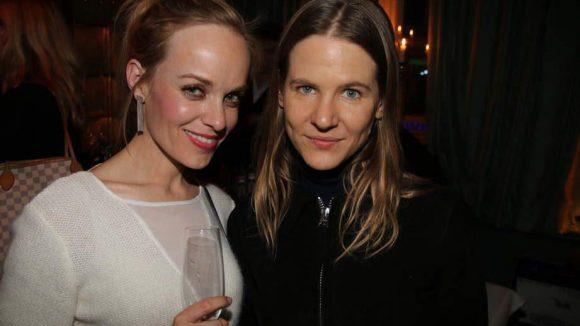 Jetzt noch schnell ein Blick auf das Scarosso-Event. Mit dabei: Schauspielerin Friederike Kempter und Schlingensief-Witwe Aino Laberenz (rechts).