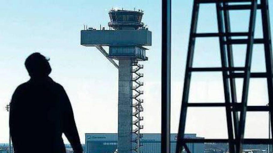 Schattenwirtschaft. Ein Arbeiter steht im März 2015 auf einer Baustelle im Terminalgebäude des neuen Hauptstadtflughafens, im Hintergrund ist der Tower zu sehen.