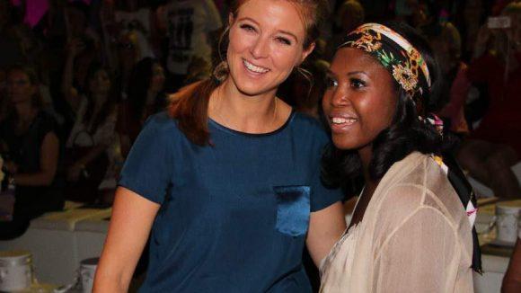 """Darüber freuten sich Nina Eichinger (links) und """"Let's Dance""""-Jurymitglied Motsi Mabuse."""