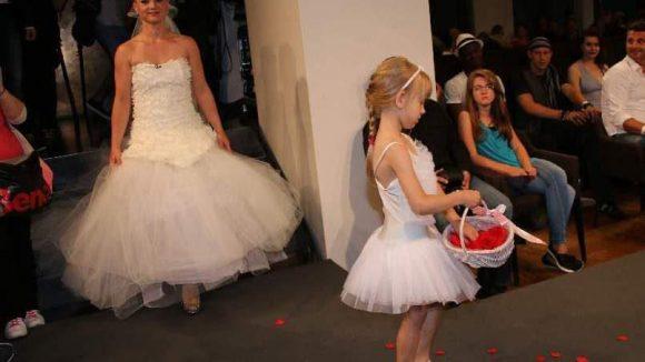 Das Besondere: Bei der Show machte das Model im Brautkleid ...