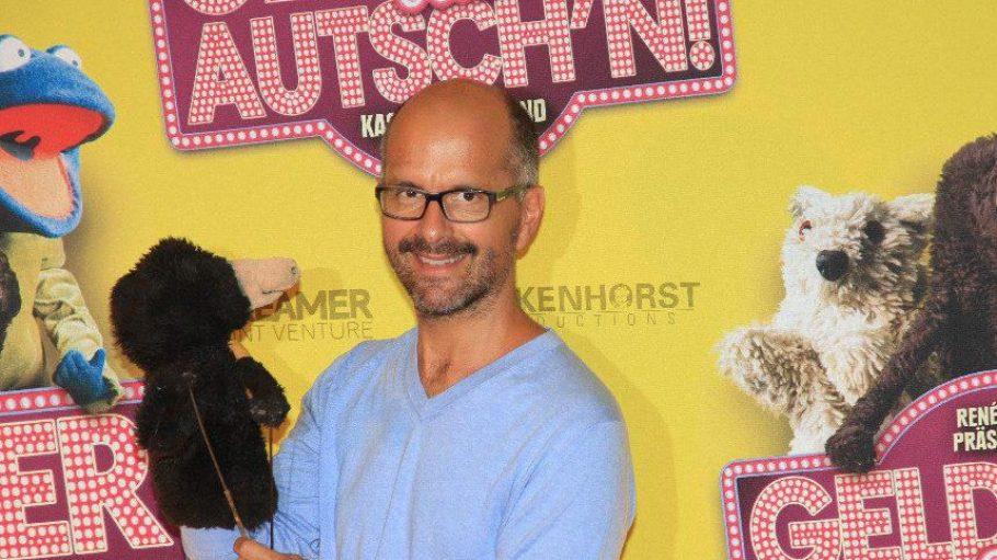 """Spielt im Film den zwielichtigen Spec: Christoph Maria Herbst (""""Stromberg""""), hier mit Puppe Maulwurf."""